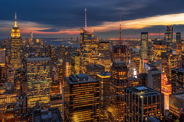 Paisagem urbana de nova york na baixa manhattan na hora do crepúsculo