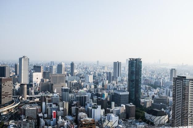 Paisagem urbana de osaka coberta de arranha-céus durante o dia no japão - perfeita para papéis de parede