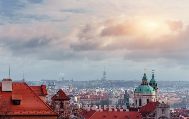 Paisagem urbana de praga, república checa. céu claro azul ensolarado