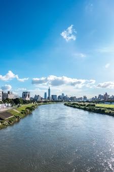 Paisagem urbana de taipei taiwan com arranha-céu e rio em taipei taiwan