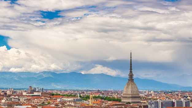 Paisagem urbana de turim, itália, skyline de torino, a mole antonelliana, elevando-se sobre os edifícios