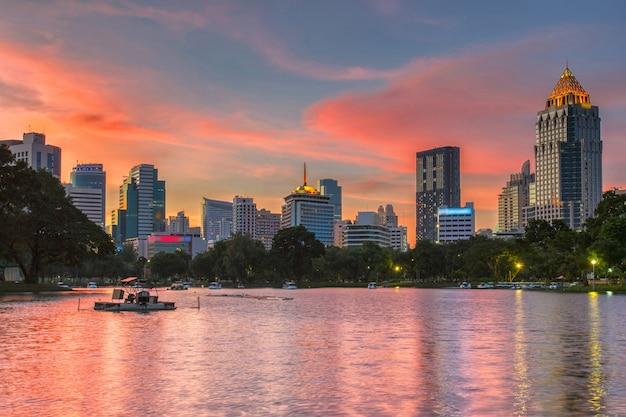 Paisagem urbana do distrito de negócios de um parque com o tempo de crepúsculo do parque lumpini