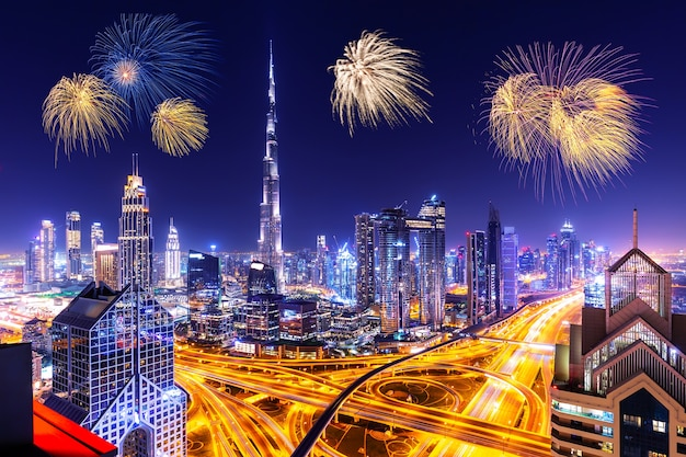 Paisagem urbana do horizonte de dubai com arranha-céus e fogos de artifício
