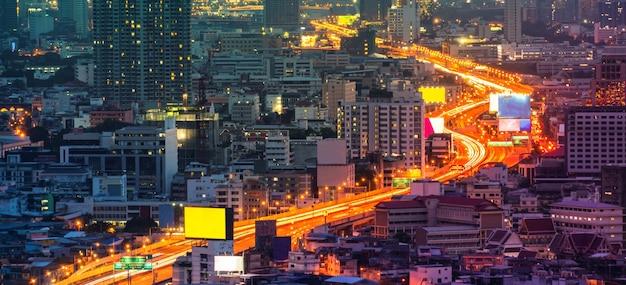 Paisagem urbana e rodovia no centro da metrópole