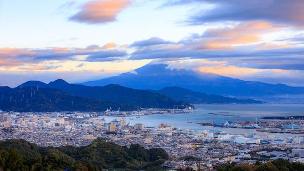 Paisagem urbana e transporte por e fundo de montanha fuji na manhã japão