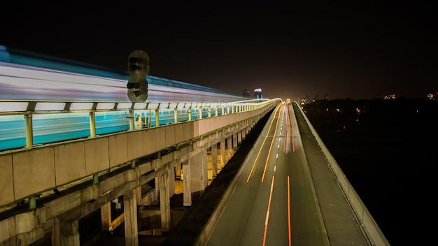 Paisagem urbana em movimento rápido metrô e carros no asfalto