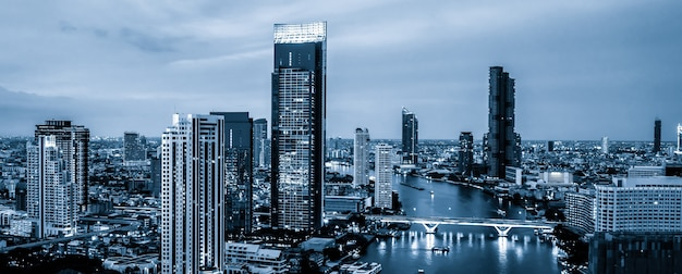 Paisagem urbana filtrada por azul e prédios altos no centro da cidade de metrópole