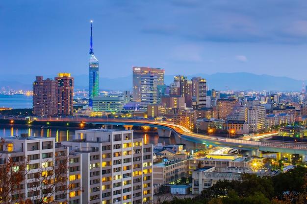 Paisagem urbana moderna em um céu noturno