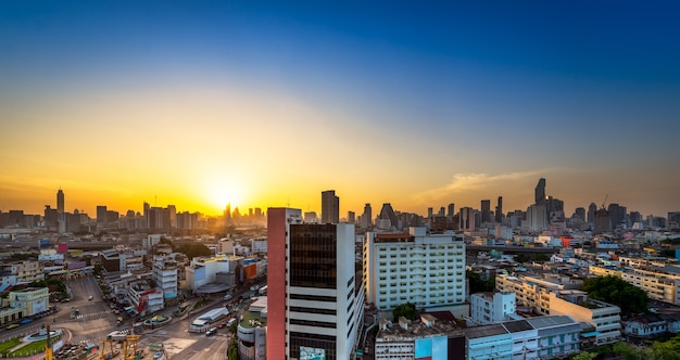 Paisagem urbana na hora do pôr do sol na metrópole de bangkok, tailândia