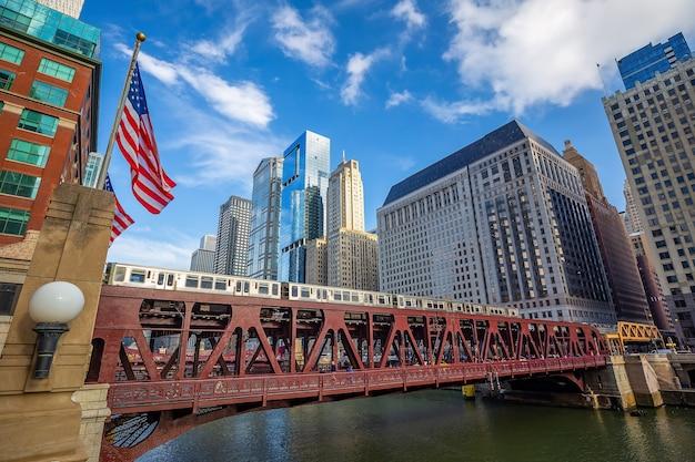 Paisagem urbana no centro da cidade de chicago nos estados unidos da américa com o trem do metrô
