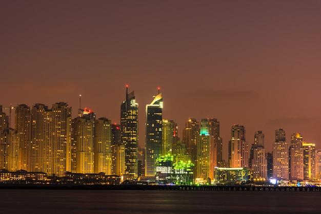 Paisagem urbana noturna da cidade de dubai, emirados árabes unidos