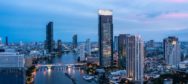 Paisagem urbana noturna e prédios altos no centro da cidade de metrópole
