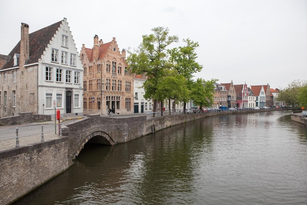 Paisagem urbana panorâmica e o canal green, groenerei, em bruges, bélgica
