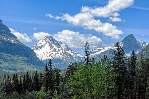 Paisagem vista da estrada indo para o sol no parque nacional glacier