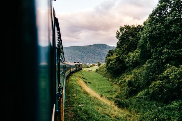 Paisagem vista da janela de andar de trem entre a natureza do verão