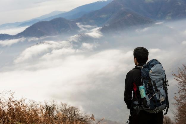 Paisagem, vista, de, obscuro, outono, colinas montesas, e, hiker, com, mochila, em, primeiro plano