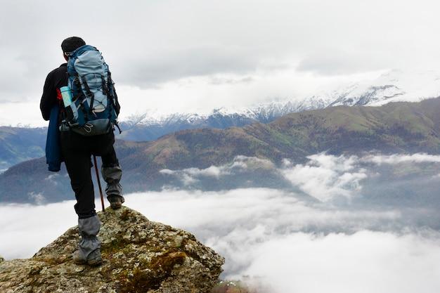 Paisagem, vista, de, obscuro, outono, montanha, colinas, e, andar, mochileiro, com, mochila