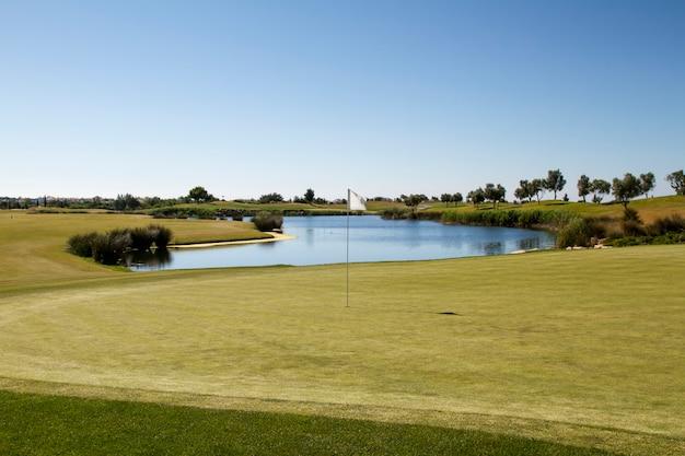 Paisagem vista de um campo de golfe no algarve.