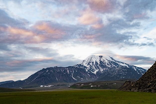 Paisagem vulcânica da península de kamchatka. destinos populares de viagem para kamchatka regional.