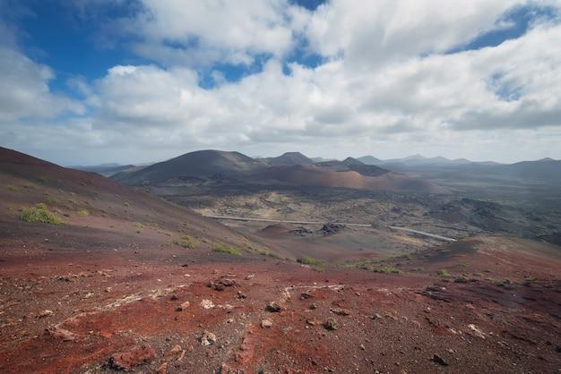Paisagem vulcânica incrível e deserto de lava no parque nacional de timanfaya, lanzarote, canário i