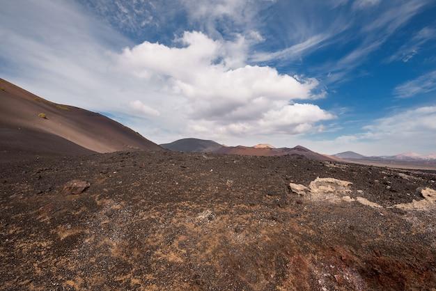 Paisagem vulcânica incrível e deserto de lava no parque nacional de timanfaya