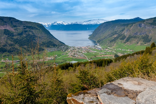 Paisagens cênicas dos fiordes noruegueses.