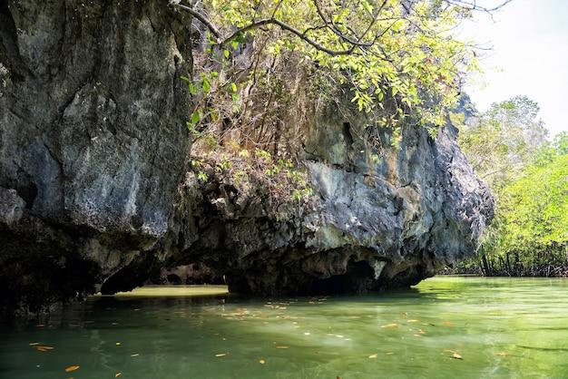 Paisagens das formações cársticas e do mar de andaman durante a canoagem do parque nacional phang nga, na tailândia. atividade de viagens famosa no verão do sul da tailândia.