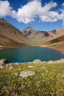 Paisagens de altai mountain spirit lake sky e um lago de nuvens fofas com água no meio de penhascos altos