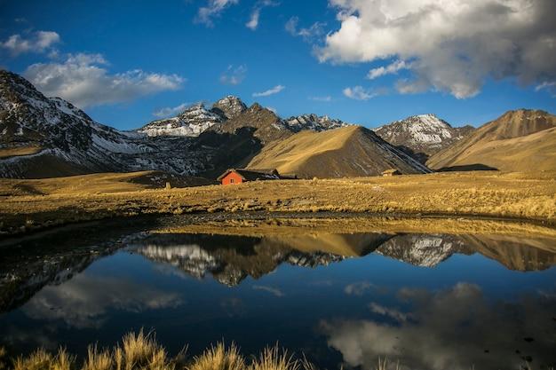 Paisagens de montanhas e lago de cordillera real
