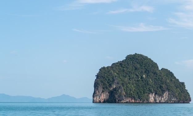 Paisagens do parque nacional phang nga, ilha rochosa da tailândia