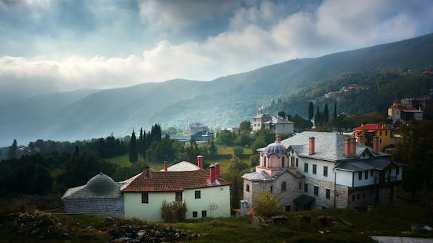 Paisagens e detalhes de construção em karyes, capital do santo monte athos