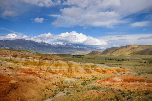 Paisagens fantásticas do fenômeno natural-marciano nas montanhas de altai. rochas multicoloridas contra um céu azul com nuvens brancas. imagem panorâmica futurista, imagem de fundo. marte.