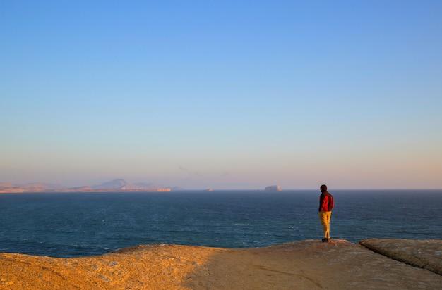 Paisagens litorâneas desertas no oceano pacífico, peru, américa do sul
