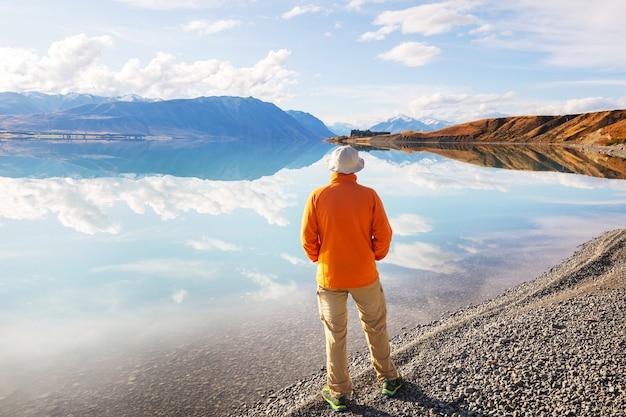 Paisagens naturais incríveis na nova zelândia. lago de montanhas ao pôr do sol.