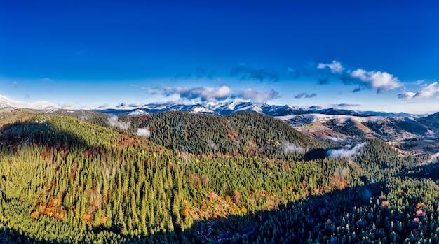 Paisagens pitorescas de montanha no outono com neve perto da vila