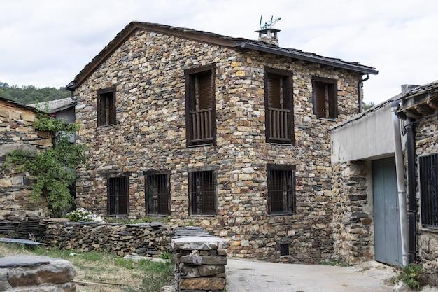 Paisagens rurais típicas construídas com aldeias negras de pedra ardósia negra da alcarria