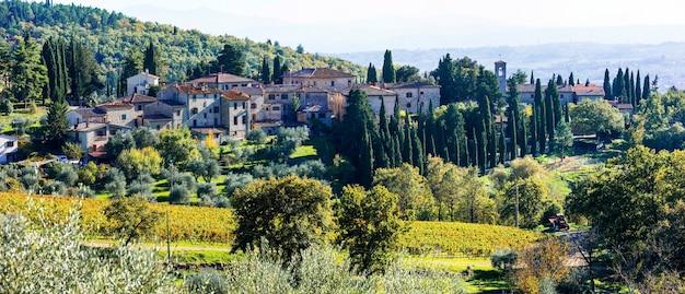 Paisagens rurais tradicionais e aldeias da toscana. região de vinha de chianty. itália