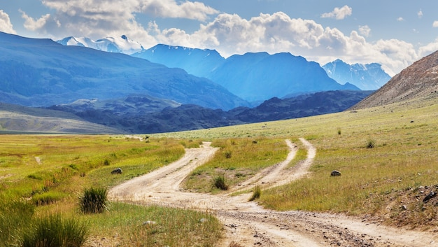 Paisagens secas da mongólia nas montanhas de altai. estradas secundárias divergentes.