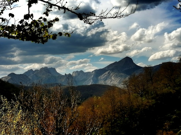Paisaje tipico de los picos de europa com sus altas montanhas e valles profundos