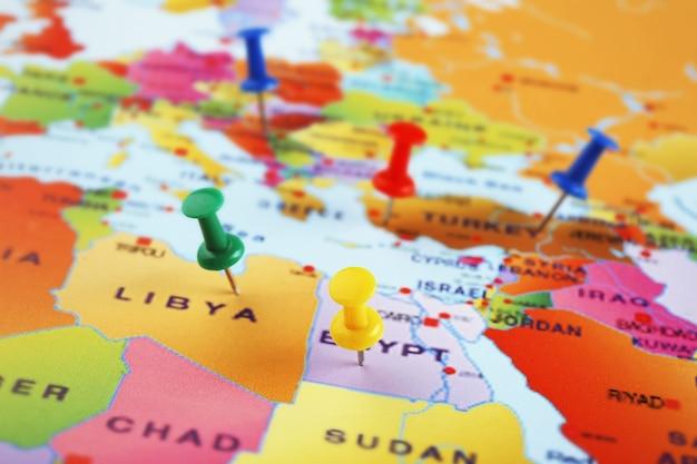 Países fixados em um mapa. conceito de aventura