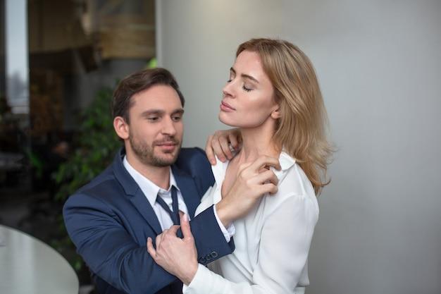 Paixão de duas pessoas de negócios flertando no trabalho