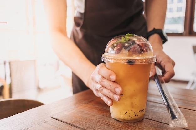 Paixões mistas de bebidas de frutas servidas no café