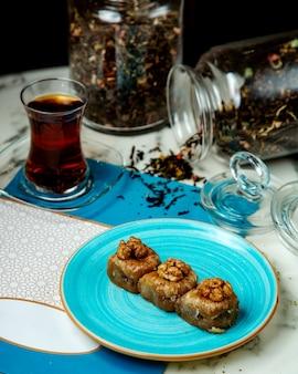 Pakhlava com nozes e chá preto