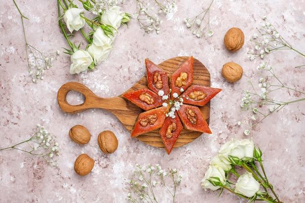 Pakhlava nacional de pastelaria do azerbaijão na chapa branca, vista superior, feriado de novruz da celebração do ano novo da mola.