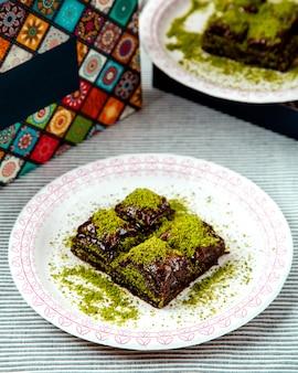 Pakhlava turco com cacau e pistache