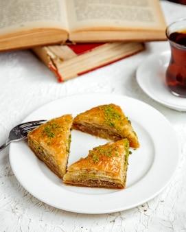 Pakhlava turco com pistache e chá preto