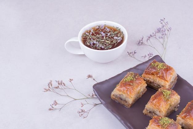 Pakhlava turco com uma xícara de chá de ervas