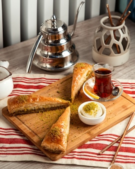 Pakhlava turco witg sorvete e vista lateral para o chá