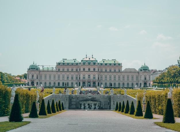 Palácio branco com grande jardim