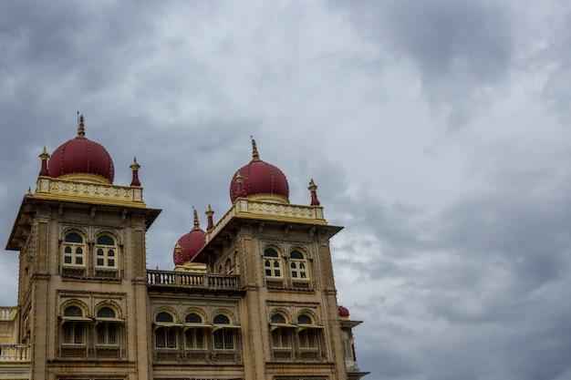 Palácio com céu ao fundo